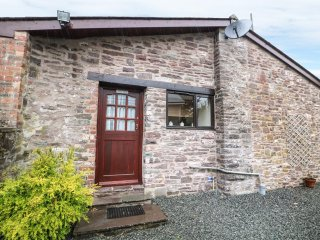 AULD FFYNNON, detached, stone-built, double bed, pub 3 mins walk, near Brecon, R