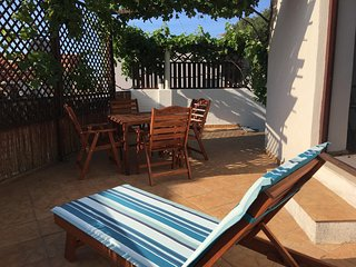 Central studio apartment with large private terrace - 'Studio Loza'