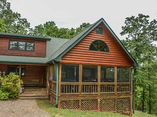GRAND VIEW- 3 BEDROOM/3 BATH CABIN WITH A MOUNTAIN VIEW! SLEEPS 11, HOT TUB