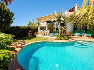 UP TO 13% OFF! RETIRO Cosy villa, pool & games room,AC,WiFi,short drive to beach