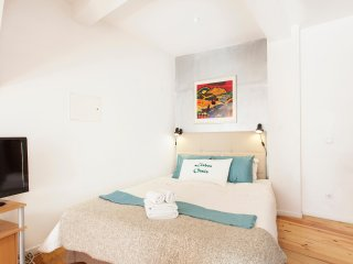 Alfama III, open-space studio with French balcony