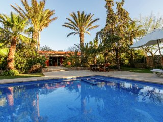 La Vila - Nice family home with pool and privacy within walking distance of San