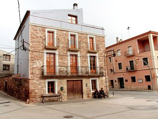 Cal Capdevila - Detached country house on Pira town square.