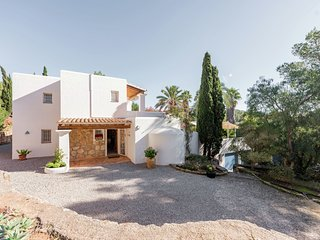 Can Cabra - Beautiful villa with private swimming pool, outdoor kitchen with a barbecue and swaying palm trees, Cala Llonga