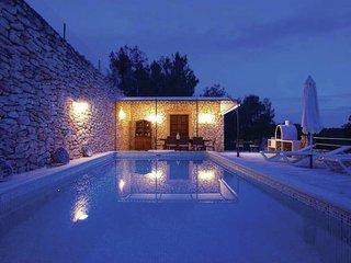 Villa Blanca - Stunning, spacious villa within walking distance of the charming