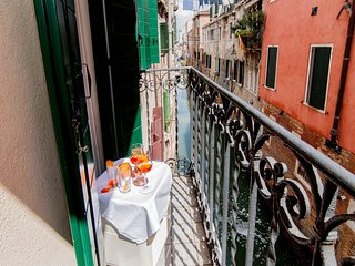 Casa dei Miracoli beautiful canal view & terrace close to Miracoli Church