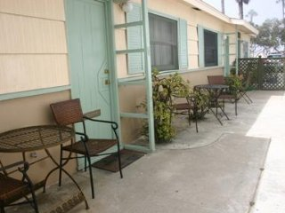 Cozy Studio/Flat Steps to Ocean 745-Sleeps 2, BBQ, Parking, Bike Rack, Surfboard