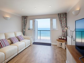 Sunday Change Hear the Ocean 5 star Beach Apartment Sleeps 6 plus 2 cots, Carbis Bay