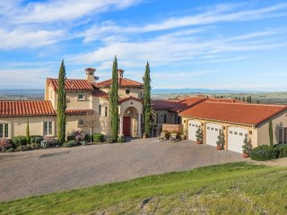 Villa de Lucca - A Vineyard Estate & Wedding Venue, Templeton