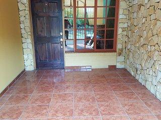 Alojamiento Casa Oliver cerca terminal de buses en Turrialba.