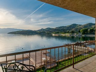 Deluxe Grandview condo . Downtown Chelan waterfront with shared pool & hot tub