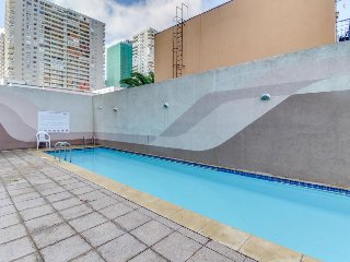 Lovely apartment w/ shared pool, fitness center, & a convenient central location