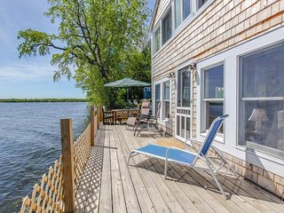 Dog-friendly lakeside cabin with enclosed yard - fish right off your new deck