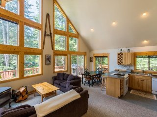 Ideally located cabin w/ private hot tub near Stevens Pass & Lake Wenatchee