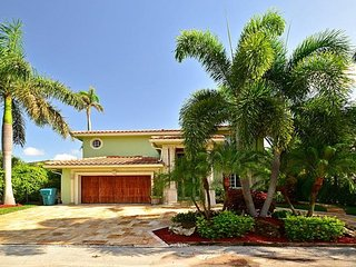Heated Pool Steps away from Intracoastal and Close to Beach Plus Free Wifi
