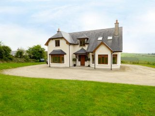 THE OULD TOWN, woodburning stove, pet friendly, detached, sleeps twelve