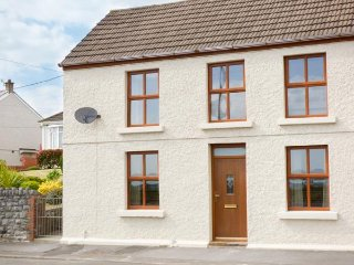 SUNSET COTTAGE, sleeps six, open plan, BBQ, Pwll near Llanelli, Ref 953410