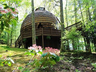GEODESIC DOME ON 40 ACRES W/BUBBLING HOT TUB! RESERVE YOUR AUTUMN STAY TODAY!