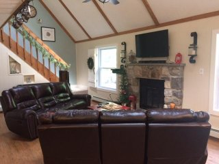 HOT TUB! Enjoy Family and Friends at this 4 bedroom Home. Near JF/BB SKI RESORTS
