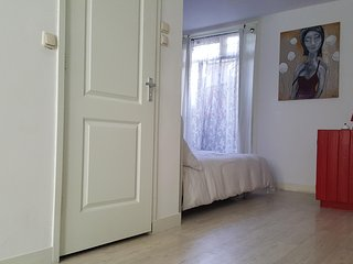 Groundfloor studio 2 KM from Anne Frank & 3 KM fr.Dam& Museum Square