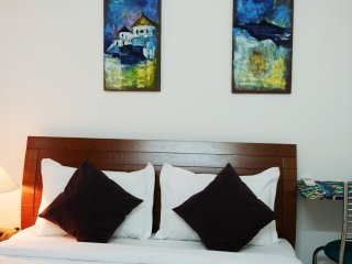 R01 - Charming and cozy room in local area for foodies