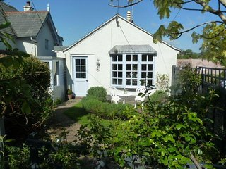 'Orchard Cottage' A detached bungalow ideal for two, a short walk to town.