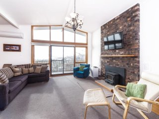 Alpine House - spacious holiday retreat, walking distance to shops, lake and