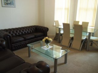 BOURNECOAST: GROUND FLOOR FLAT-WALK TO SANDY BEACHES, PIER & TOWN CENTRE-FM1038