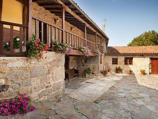 Casa rural con 4 apartamentos y zona común para grupos (cocina, comedor y sala )