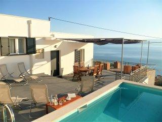 Villa Buljan je moderna kuća za odmor smještena u prekrasnom mjestu Jesenice.