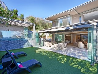 Modern 4 bed villa with sea views