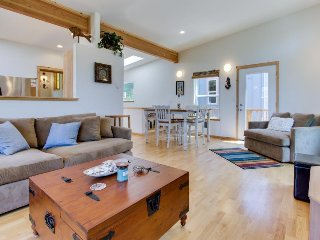 Modern and beautiful dog-friendly home with beach access!, Manzanita