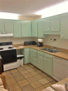 Grande up cucina del cuoco datato. Range, doppio lavello, lavastoviglie. Piccoli elettrodomestici, pentole, padelle...