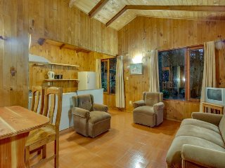 Cozy cabin with full kitchen near woods, lake, and shared swimming pool!