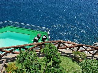 Villa tra Amalfi e Positano, piscina con acqua marina e accesso privato al mare