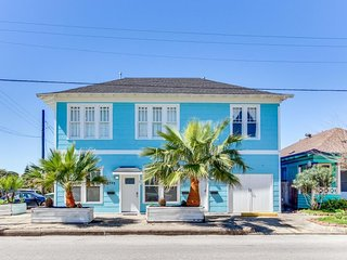 Elegant, renovated & dog-friendly home - great for big groups - close to beach!