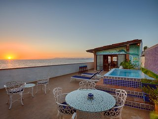 El Barracuda Private Oceanfront Penthouse with Outdoor Dining