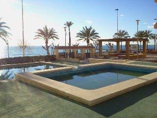 apartamento en primera linea de playa con piscina, parking y -castellmar