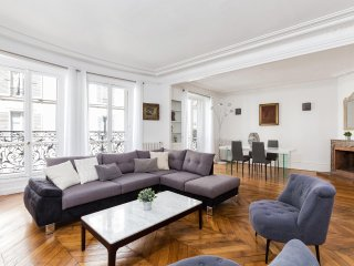 03. SPACIOUS 3BR FLAT IN THE 16TH ARRONDISSEMENT - STEPS FROM ARC DE TRIOMPHE