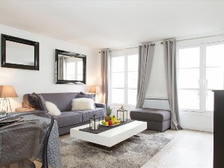 25. COSY 1BR FLAT IN THE 1ST DISTRICT - STEPS FROM THE LOUVRE AND TUILERIES