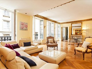32. ELEGANT PARISIAN FLAT IN THE HEART OF THE 7TH - NEAR THE D'ORSAY AND SEINE