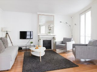 23. LOVELY 1BR ON RUE SAINT HONORE - STEPS FROM THE TUILERIES GARDENS AND LOUVRE