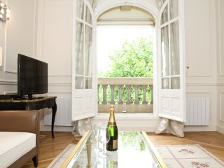20. CLASSICLY PARISIAN 2BR FLAT WITH AN EIFFEL TOWER VIEW - CHAMP DE MARS