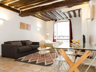 013. STEPS FROM THE LOUVRE & TUILERIES GARDENS IN CENTRAL PARIS -SPACIOUS STUDIO