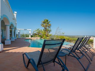 Stunning 4 Bedroom villa with infinity pool on Parque da Floresta golf resort