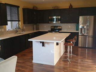 Like NEW! Quiet and modern model home style house in desirable Arrowhead area