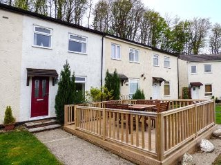EIRLYS, sleeps six, three bedroom, patio, dogs welcome, Caeathro, Ref 953590