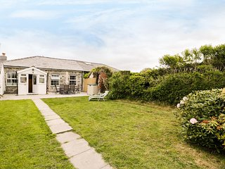 IDRIS VIEW, enclosed garden, pet-friendly, hot tub, in Tywyn, Ref 931224