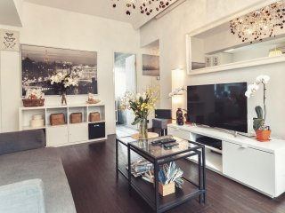 NEW!MODERN EUROPEAN LUXURY!!! 4 BEDROOMS/ 5 BEDS/ 2Bath NATHAN ROAD at MTR exit!