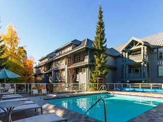 'Glacier Lodge' Luxury 2 bedroom suite w/ Pool & Hot Tub next to Adventure Zone!, Whistler